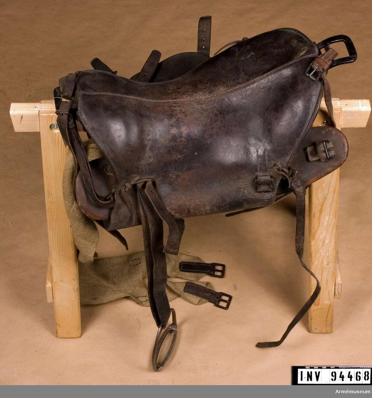 Sadeln är en modifierad variant av sadel m/1881 med fäste för sabelbärrem och nya söljor längs bak på sadelbladen. Modifieringen skedde troligtvis i början av 1890-talet.