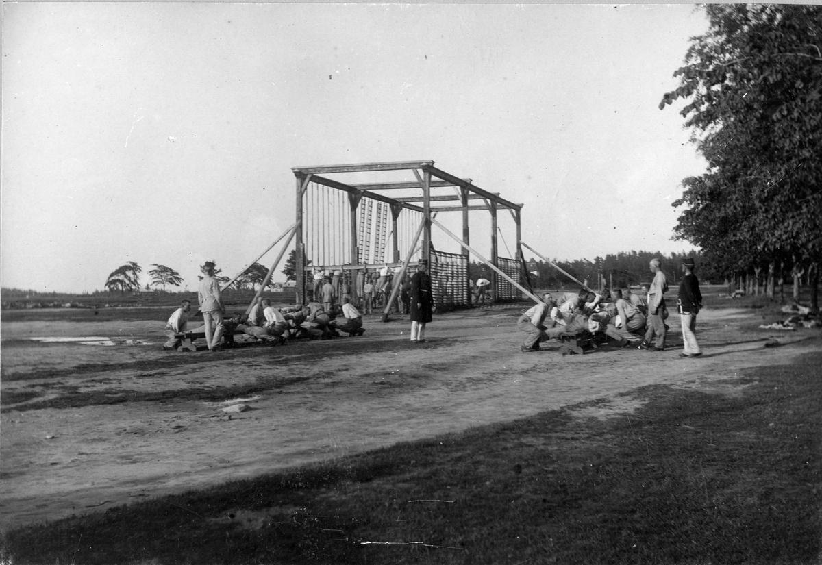 Soldater ur Älvsborgs regemente I 15 vid utomhusgymnastikredskap på Fristad hed.