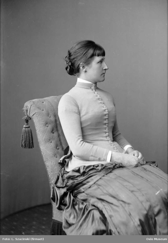 portrett, kvinne, sittende knefigur, profil