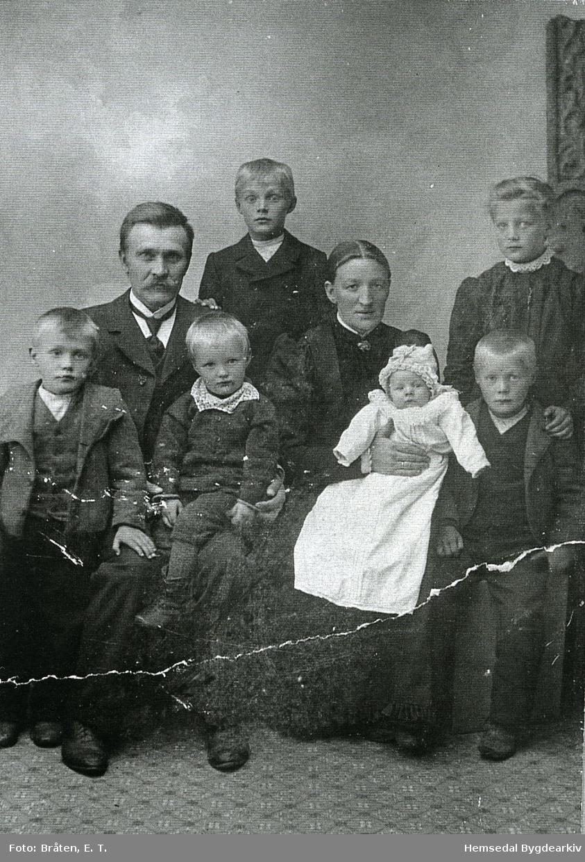 Jon A. Grøthe (1863-1927) med kona Gunhild Bjøberg (1874-1940), båe frå Hemsedal. Bak: Asle og Anne Framme: Eirik, Vesle Knut, Ola og Store  Knut