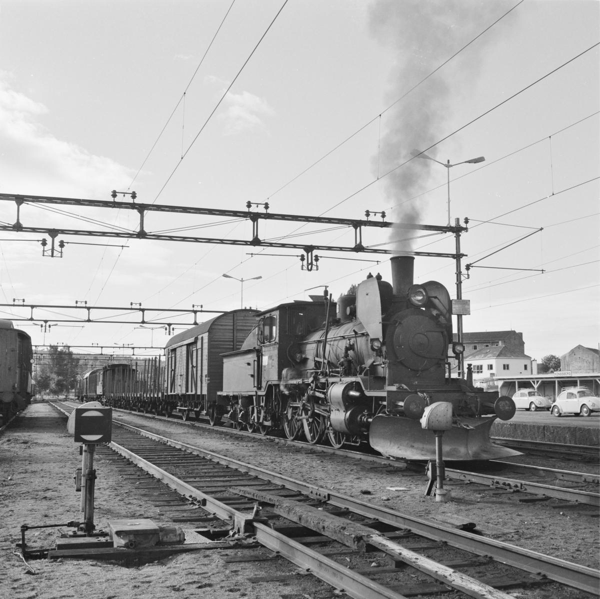 Godstog 5397 til Rødberg står klart til avgang på Kongsberg stasjon.
