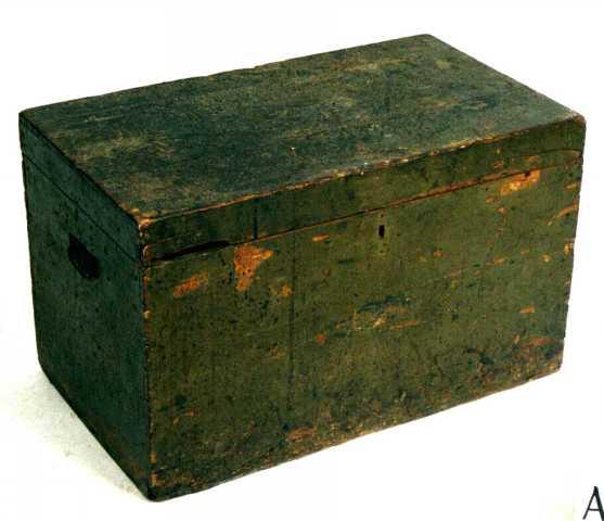 Kiste av furu. Utvendig malt olivengrønn, avslitt tildels.  Rektangulær kiste med flatt lokk, lås pm. foran låsbeslag.   Fyllt med maler til bruk under produksjon av tretøfler.