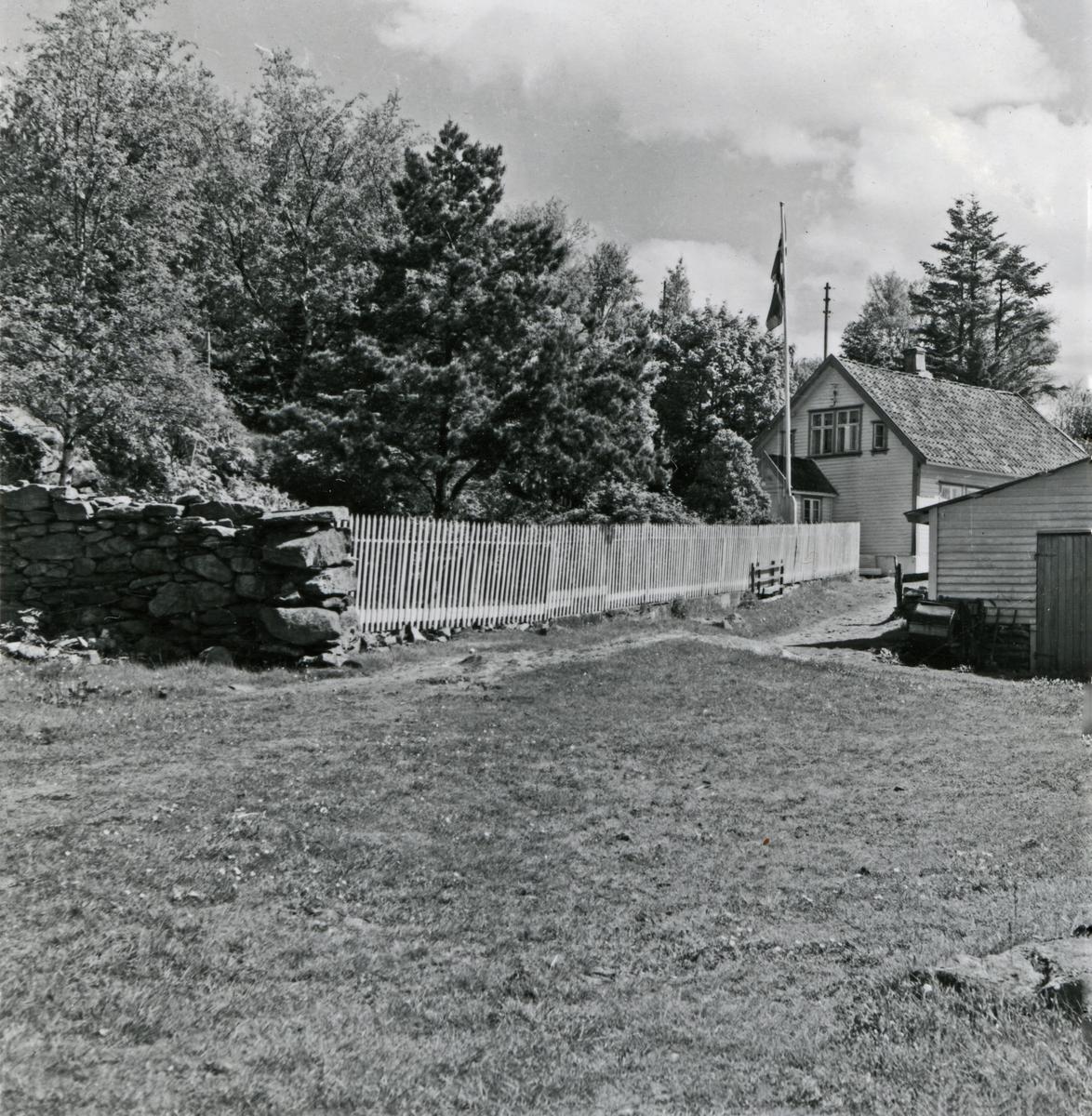 Gårdstun med gjerde og våningshus
