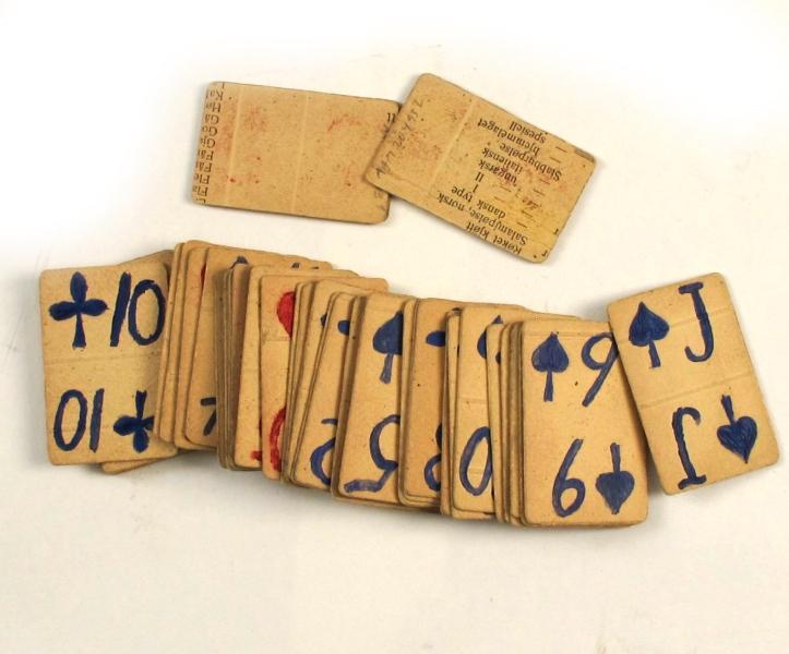 Kortstokk, med 48 stk. kort, laget under krigen 1940-45. Tall og farge malt med vannfarger på baksiden av reklameplakat i papp.
