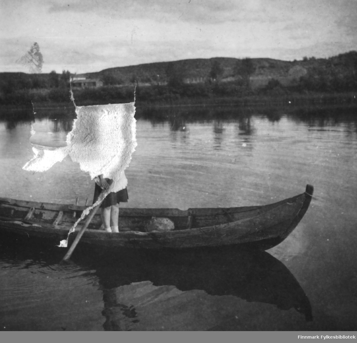 Elvebåt på Neidenelva, Grethe Sivertsen står i båten