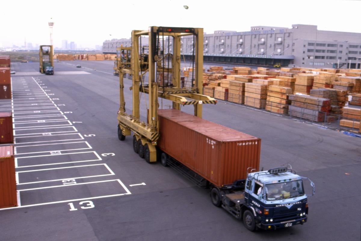 Containeren lastes på lastebil i Tokyo.