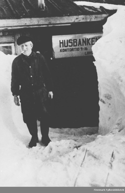 Karl Rønbeck foran Husbankens filial i Hammerfest. Han var vaktmester på Husbank-brakka og hadde bl.a. ansvaret for snøryddingen foran inngangen