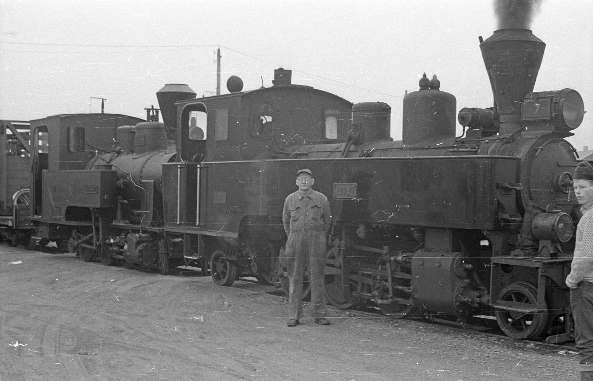 """Damplokomotivene """"Prydz"""" og """"Urskog"""" i tog i forbindelse med overføringen til Jernbanemuseet."""