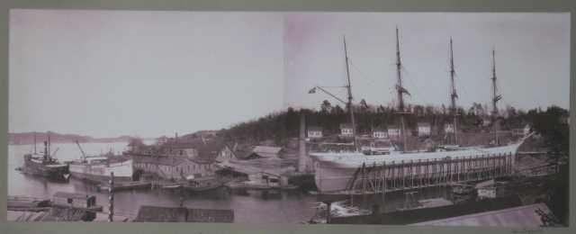 """Pusnes Støberi & mek. verksted  med slipp, verkstedbygninger og flere skip til reperasjon.  Bark Freden på slipp  sammen med S/S """"Spero"""" og """"Credo"""" av Risør til reparasjon.  Begge skip tilhh. Prebensens rederi, Risør."""