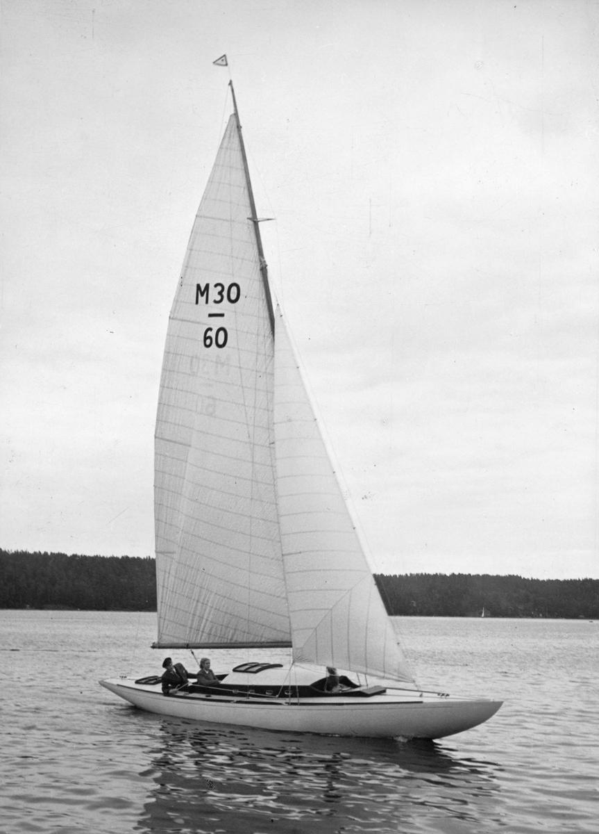 Fartyg: LOMME LO                       Bredd över allt 2,06 meter Längd över allt 11,50 meter  Rederi: Sandblom, Carl Byggår: 1943 Konstruktör: Eklund, Lage Övrigt: M30-60 LOMME LO (ex lottbåt SSS 1943; första ägaren efter utlottningen Ulla Edoff) fotograferad i Saltsjöbaden under KSSS poängseglingar hösten 1943, 12 september. Carl Sandblom deltog inte i dessa seglingar; att han bevistat dem med LOMME LO framgår dock av att Norberg tagit flera bilder från dem den 12 september. Enligt Olle Appelberg, båtens nuvarande ägare (2007), kommer båtnamnet av att Sandbloms lilla dotter inte kunde uttala sin storasysters namn; det blev Lomme Lo, vilket båten fick heta. Fotografiet återgivet bland försättsplanscherna i KSSS årsbok 1944. Jfr Norbergs bild Fo134988 i KSSS-samlingen, uppenbarligen alternativexponering från samma tillfälle.  Sedan 2012 seglar båten under schweizisk flagg på Bodensjön under namnet CANIM (uppgift från nye ägaren Jochen Vogler).