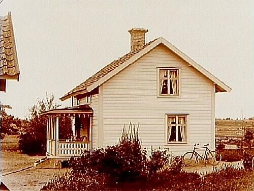 En och en halvvånings bostadshus.L.J. Wedin