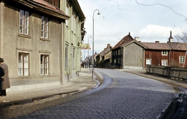 Bostadshus Drottninggatan 54. Husen till vänster Petter Jönsa gården.