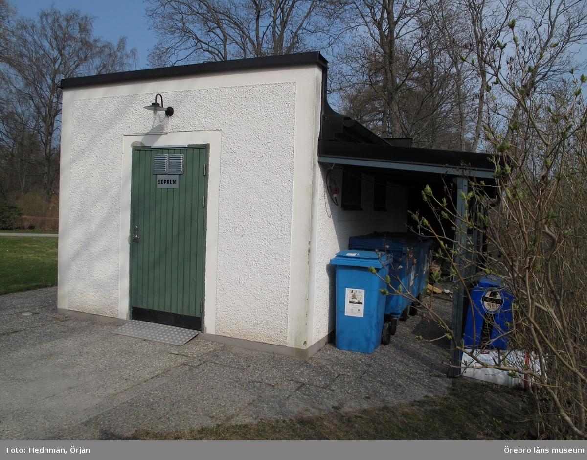 Toa och soprum, Längbro 2:25. Inventering av Karlslunds byggnader.Bilder till rapporten. Dnr: 2011.250.050
