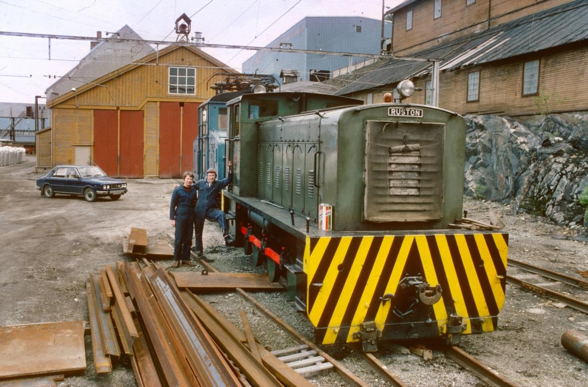 Thamshavnbanens (Salvesen & Thams) lokomotiver nr. 10 (Ruston diesellokomotiv) og nr. 5 (NEBB). Harald Sverre Nilsen og Øyvind Frøseth er klare for ekstratog til Løkken.