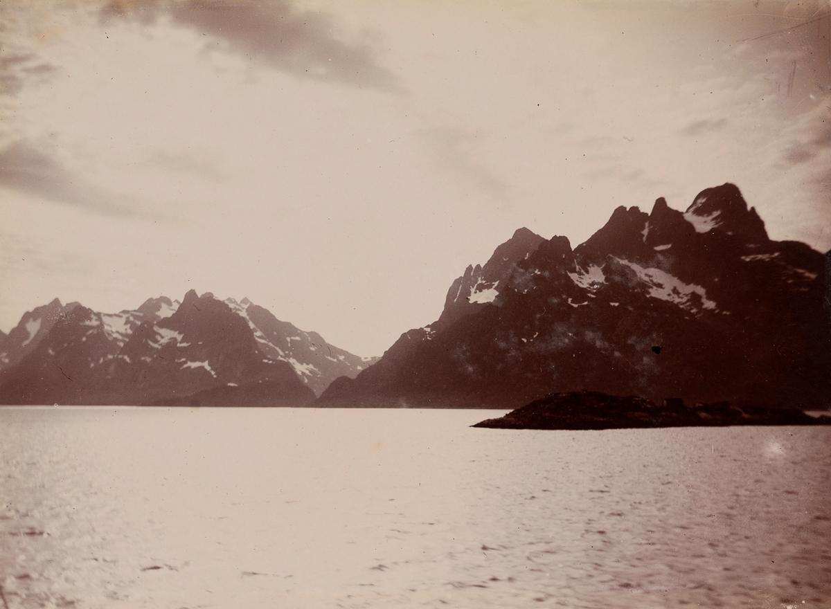Fjord og snødekte fjell.
