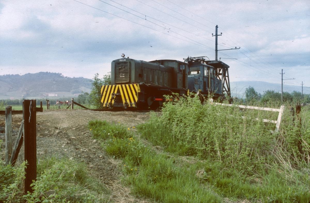 Ekstratog Thamshavn - Løkken med diesellokomotiv nr. 10 (Ruston). Salvesen og Thams ellok nr. 5 (NEBB) og tårnvogna ble transportert fra Thamshavn til den nye museumsjernbanen på Løkken.