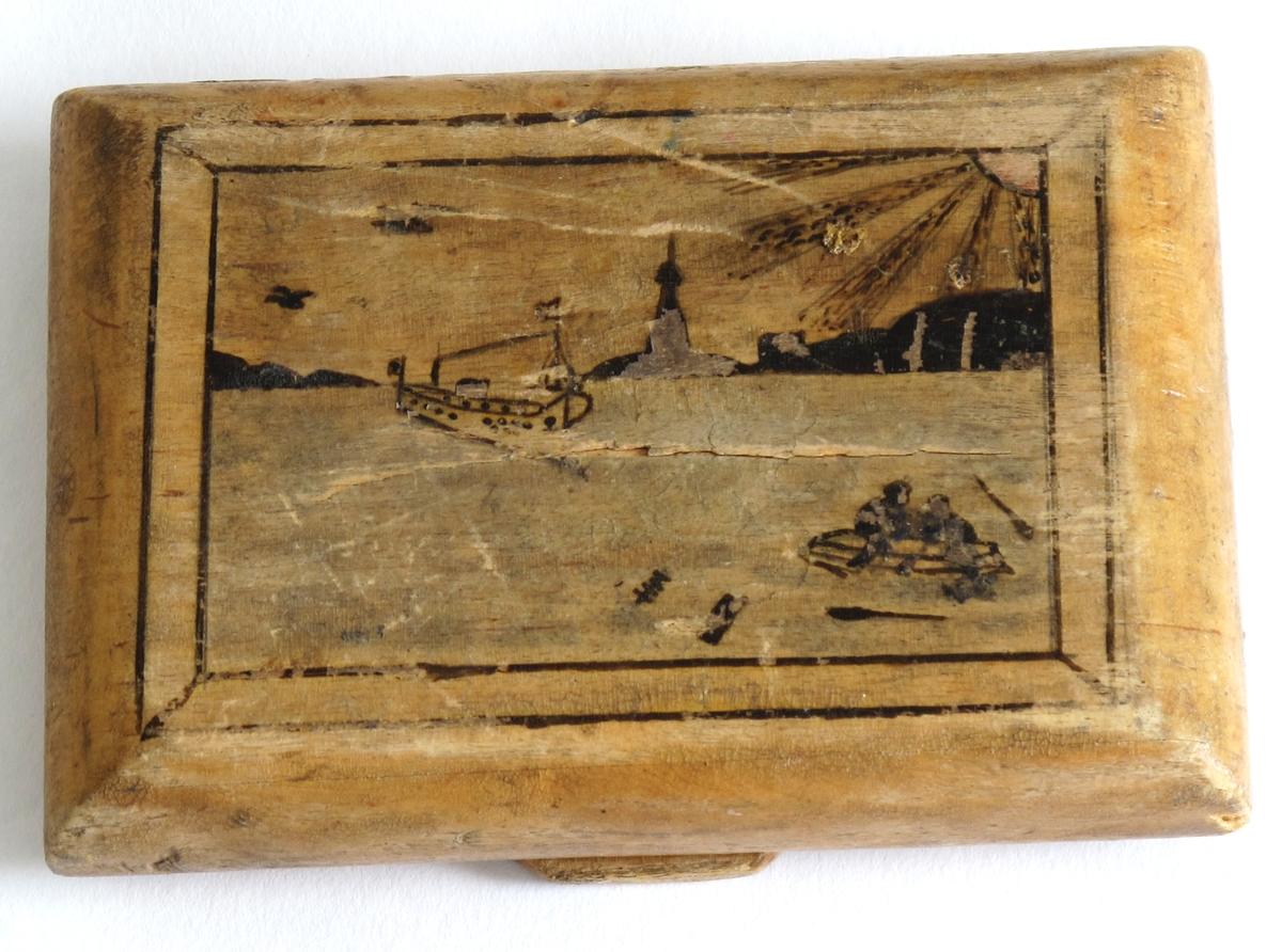 Reinsdyr med pulk på lokket, landskap med båt, kirke og sol på undersiden.