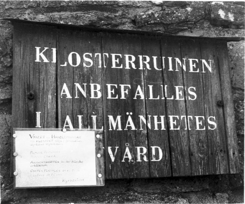 Informationstavla om Gudhems klosterruin.