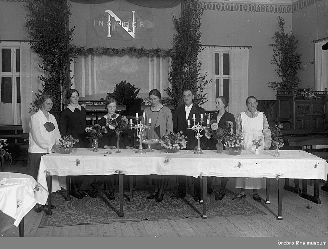 Interiör av Betel kapellet i Fellingsbro. Grupp sju personer. Bröllopsfest för pastorparet Ingegerd och Josef Nilsson.Se även bild 2008:35:53.