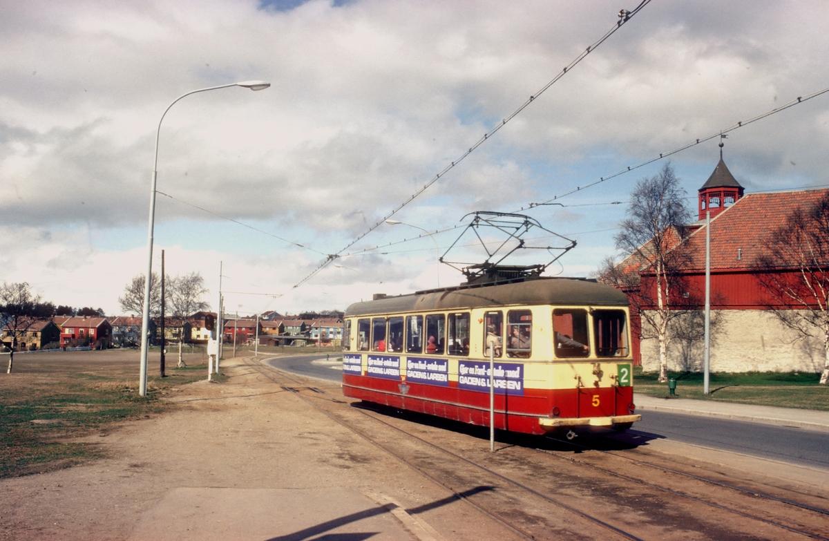 Trondheim trafikkselskap vogn 5 kjører inn på enkeltsporet ved Lade Gård. Lade Gaard var sete for Ladejarlene.