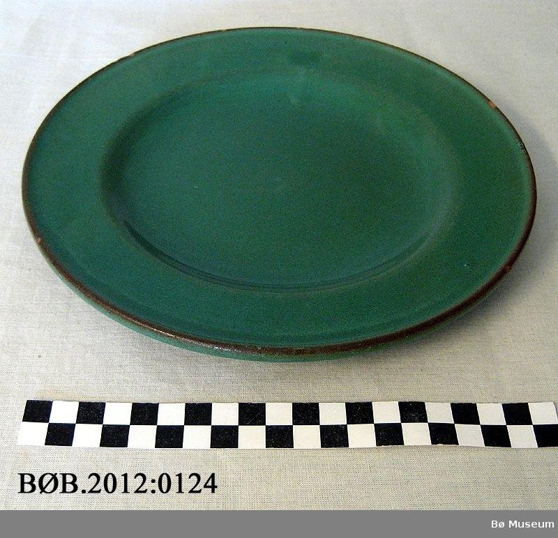 Runde tallerkener av keramikk med glasur.
