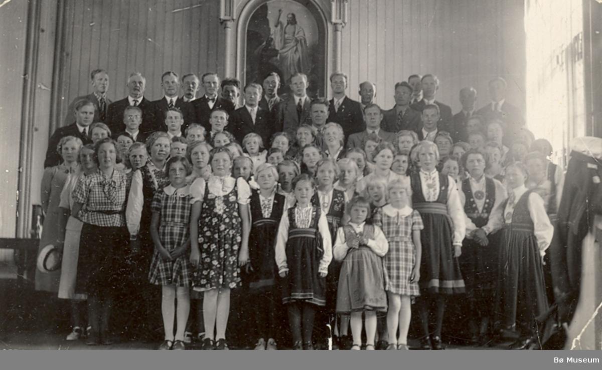 Gruppe av barn og vaksne i koret  i Bø kyrkje