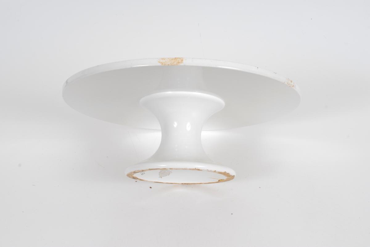 Form: flatt fat med bare en liten forhøyning langs kanten.  Buet stett som er bredere nederst enn øverst