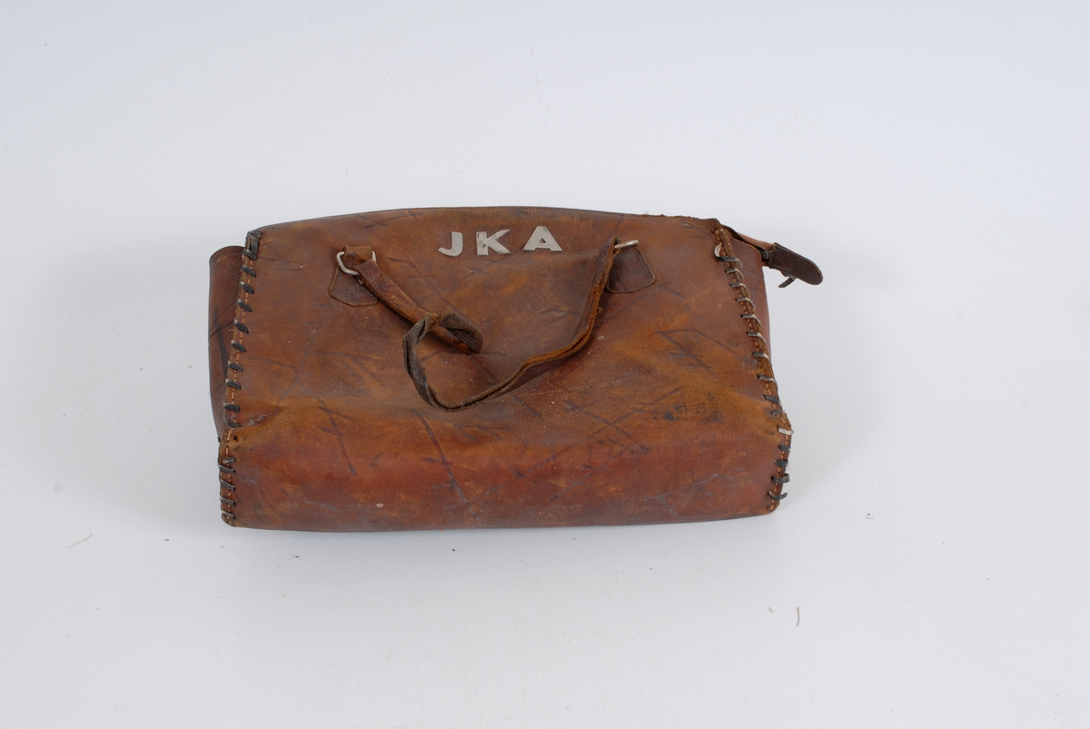 JKA (kan muligens være initialene til eieren, dersom en stokker om fornavnene og bruker pikenavnet Johanne Karen Andersen)