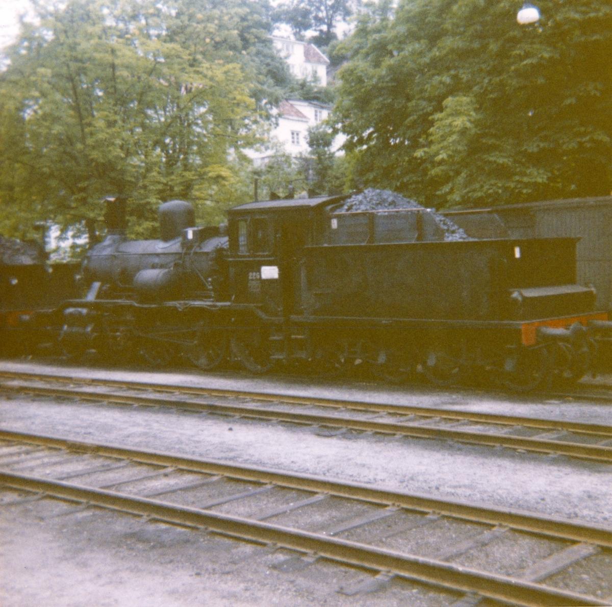 Damplokomotiv type 18c 226 hensatt på Arendal stasjon. Damplokomotiver ble erstattet av diesellokomotiver i togene mellom Arendal og Treungen.