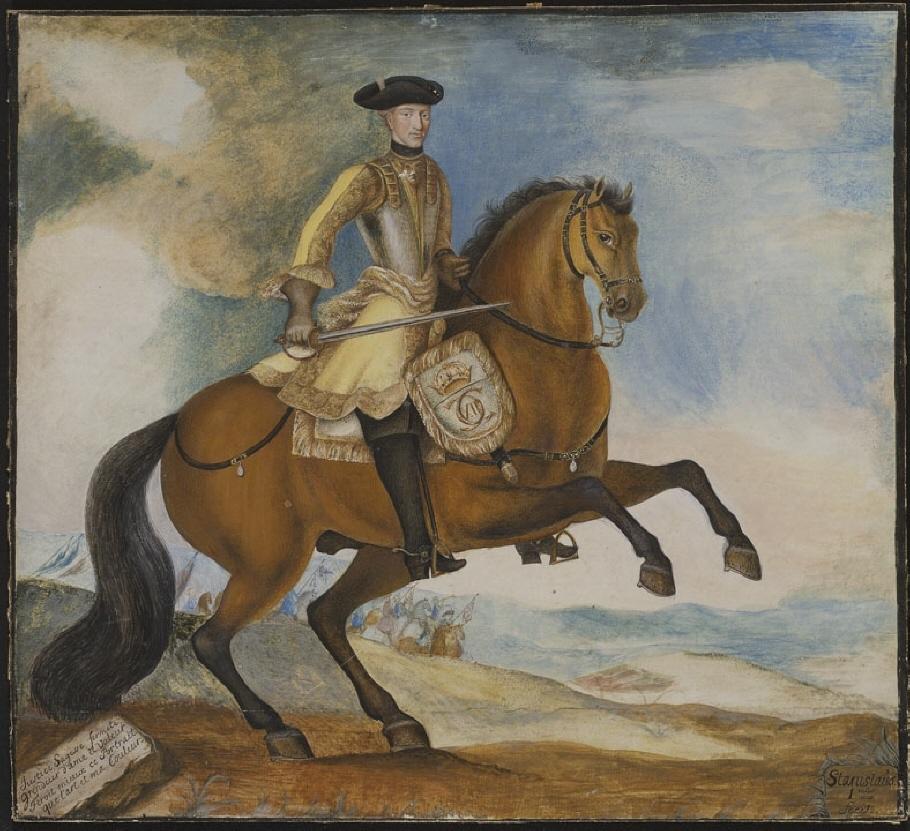 """Ryttarbild. Konungen sitter i face vänster på en brun häst och håller en dragen värja i höger hand. Han är iklädd svart trekantig hatt, bröstharnesk med förgyllda beslag, gult kyller, grå handskar, svarta stövlar samt blågrått pistolhölster. Sadel med guldfransar. I bakgrunden kuperat landskap med gröna höjder och blå berg samt rytteri. På en sten till vänster inskription: """"Justice, Saggesse, fermeté, grandeur d'ame et Valeur Feroit mieux ce Portrait que l'art et ma Couleur""""."""