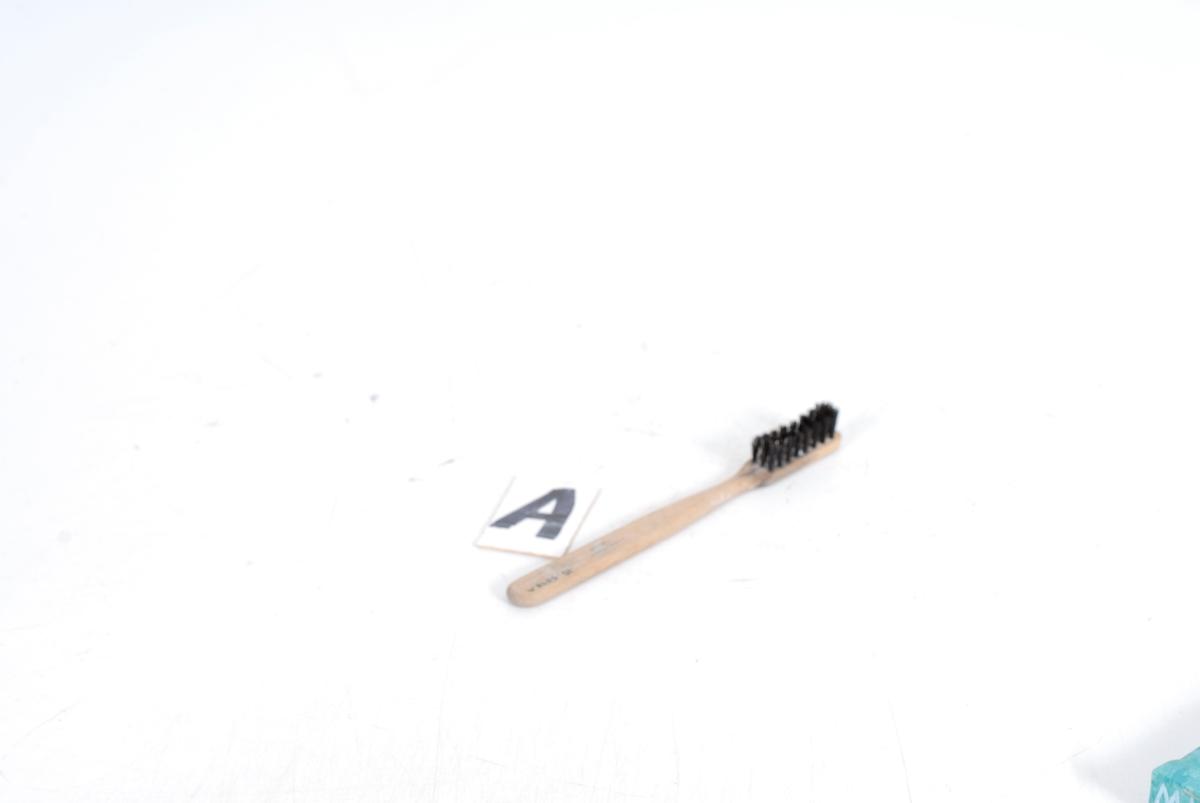 Form: rektangulær eske, lang flat børste med lang børst