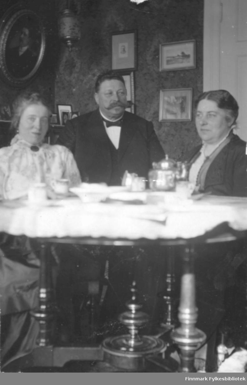 Interiørbilde med tre personer. 'Parti av dagligstuen paa Moldegaard'