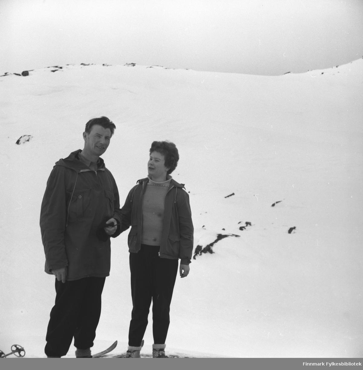 Eino Drannem og Turid Karikoski på skitur i fjellet ovenfor Hammerfest.