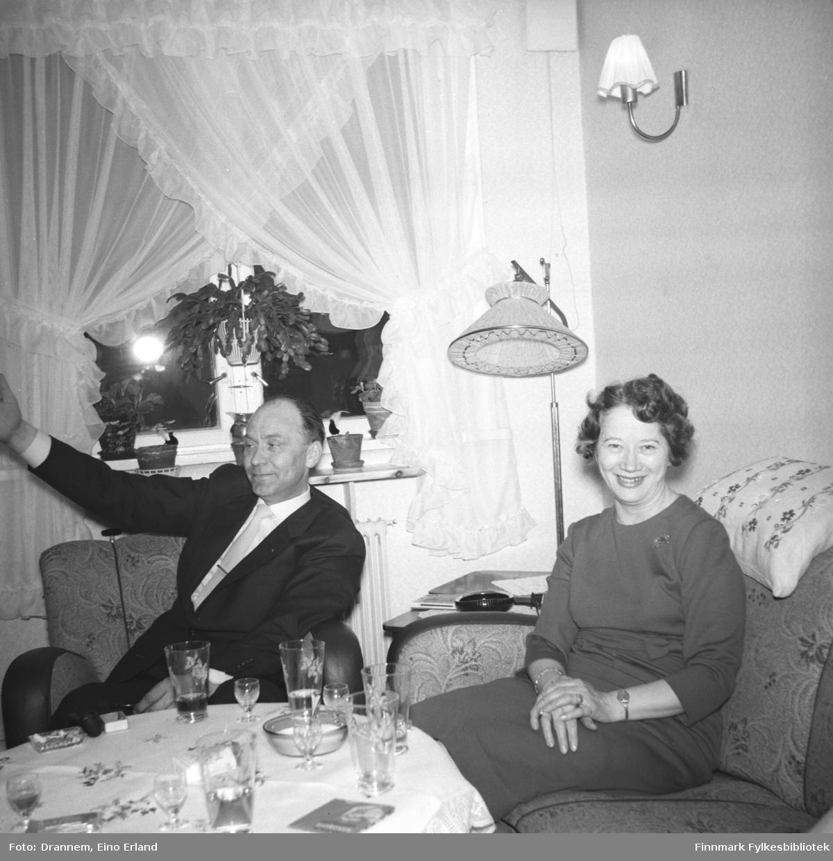 To pentkledte personer fotografert i stua hjemme hos familien Drannem i Hammerfest. Personene er ukjente.