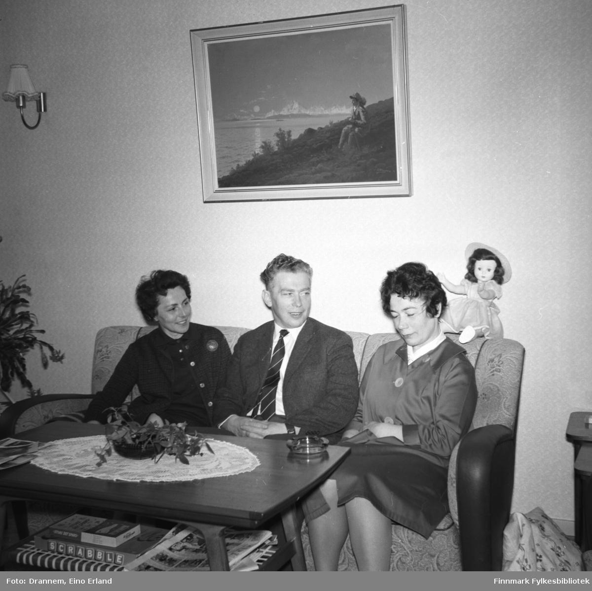 Tre personer sitter i sofaen i stua hjemme hos familien Drannem i Hammerfest. De er fra venstre: Berna og Kasper Gabrielsen, Jenny Drannem.