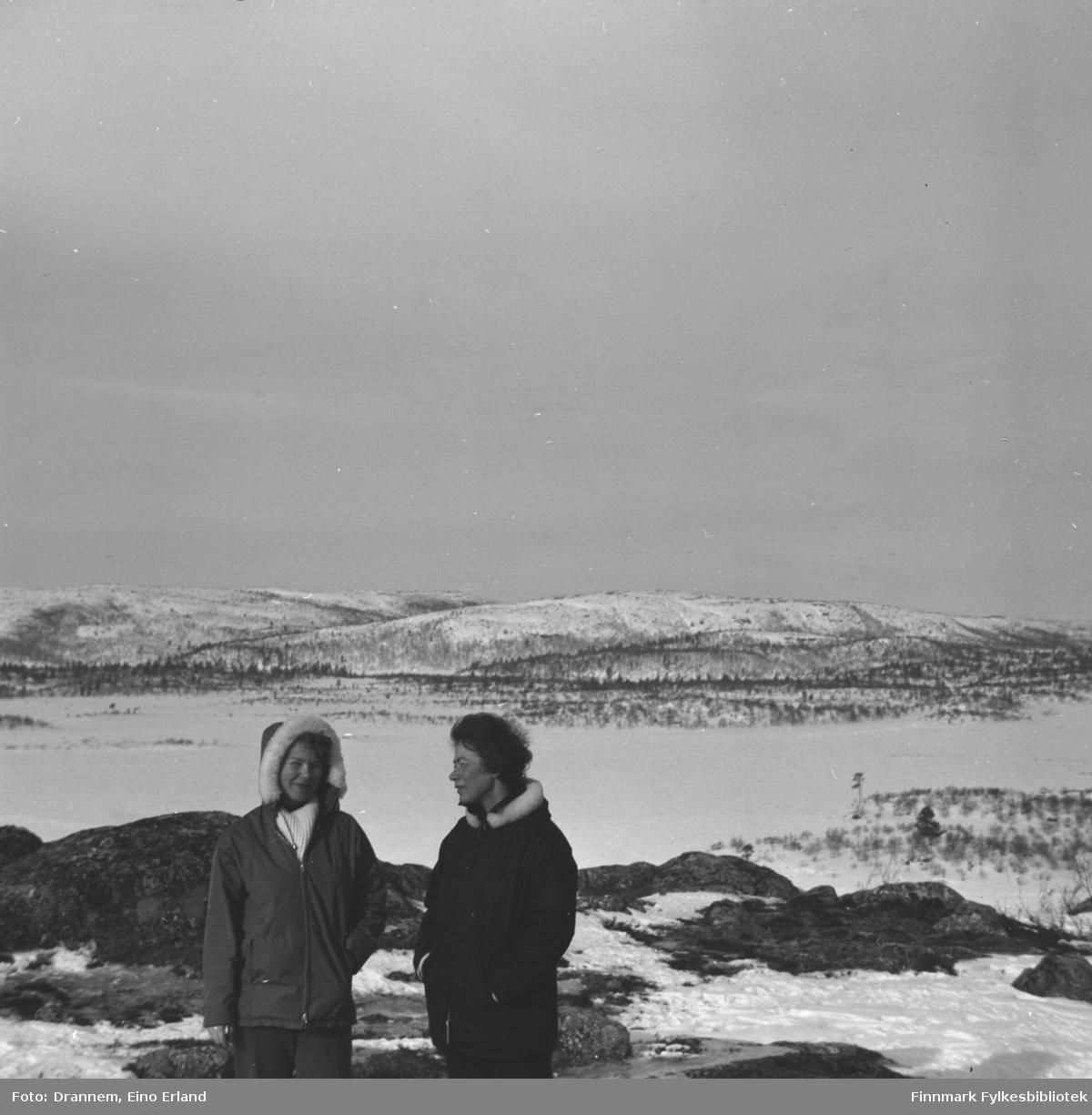 Turid Karikoski og Jenny Drannem på tur i terrenget ved Luolajärvi.