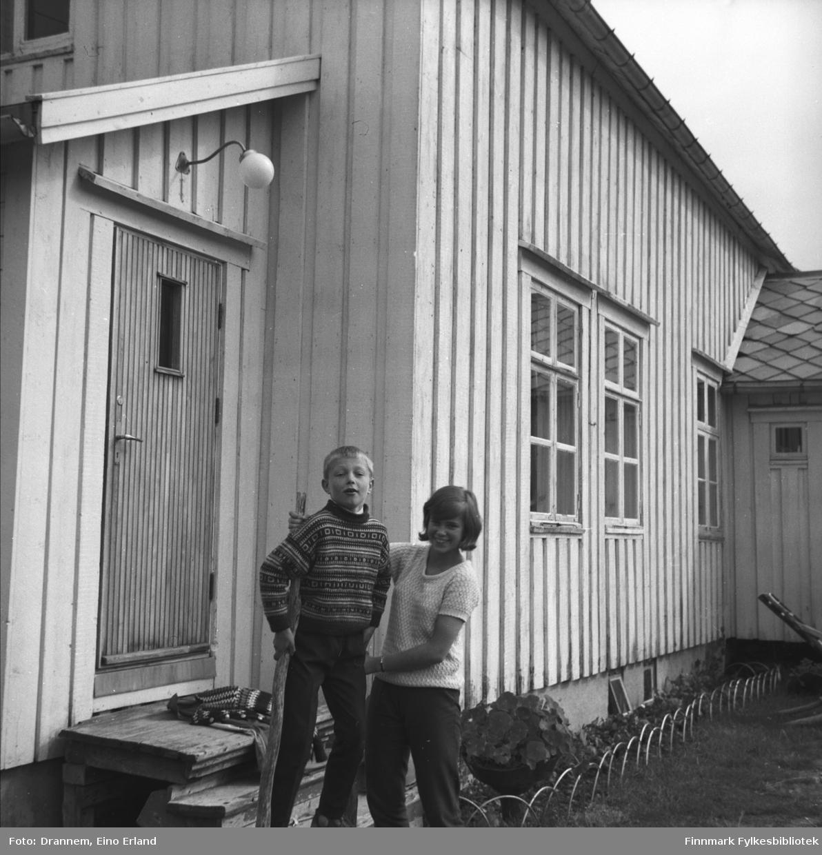 Ole og Marit Gabrielsen utenfor et bygg, som muligens ligger i Neiden.