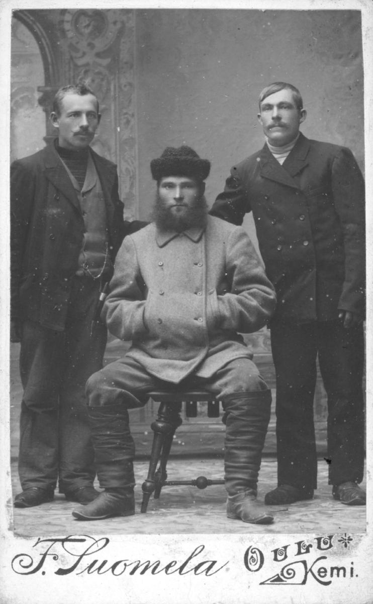 Visittkortportrett av tre menn.