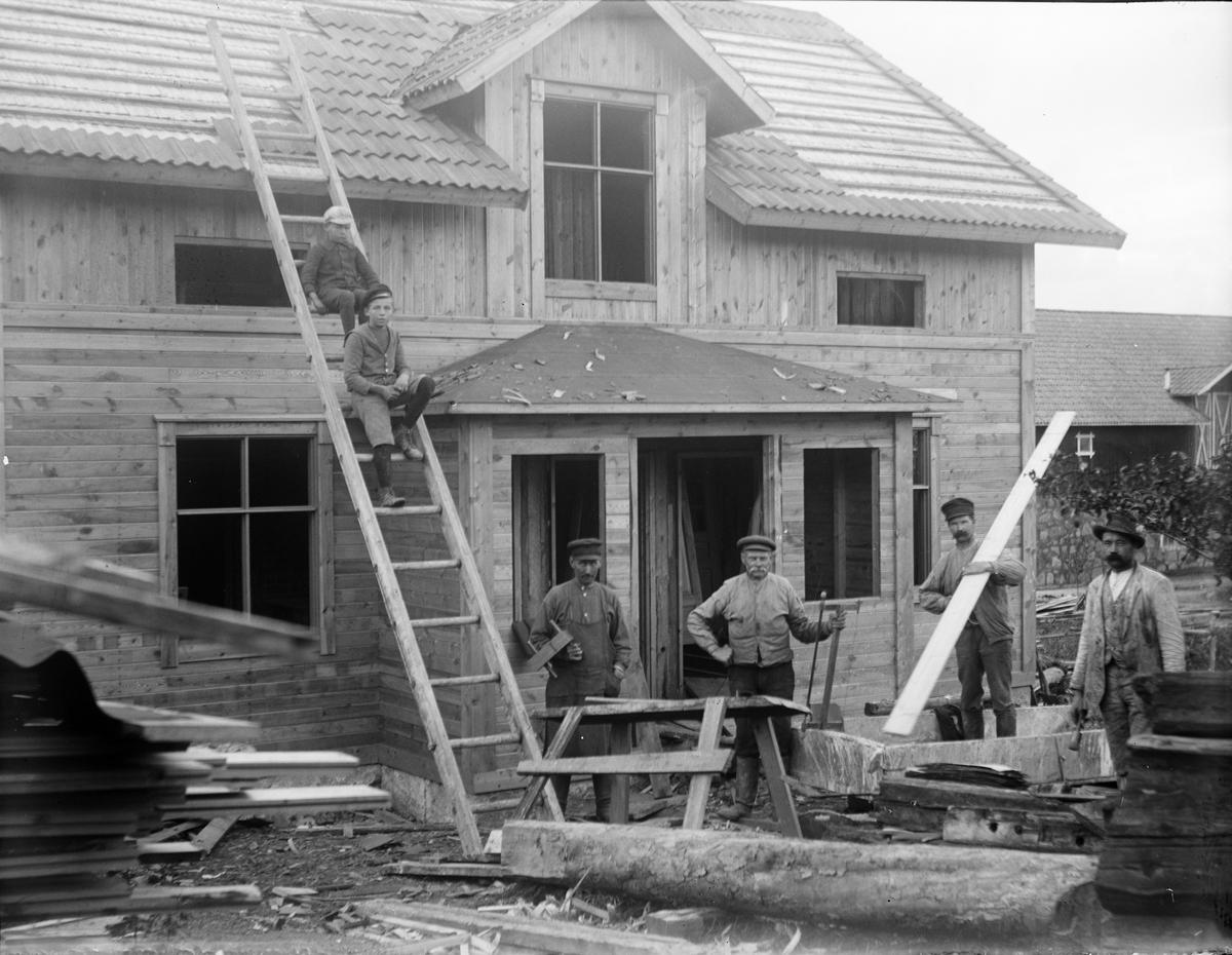 """""""Byggmästare och målare utanför vår nya villa i Sevasta"""", Altuna socken, Uppland 1918"""