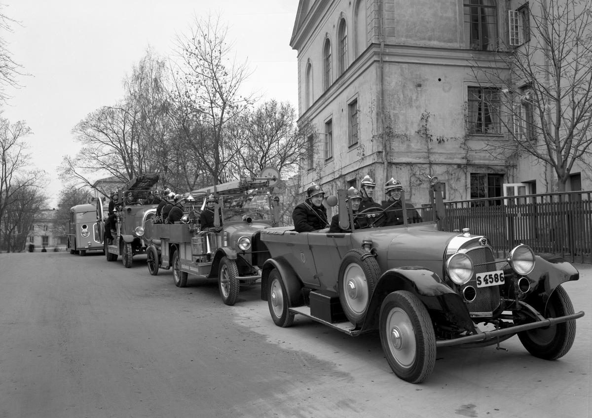 Karlstads brandkår i full parad utanför brandstationen på Karlbergsgatan på en bild från 1937. Detaljerad information finns i kommentarsfältet.