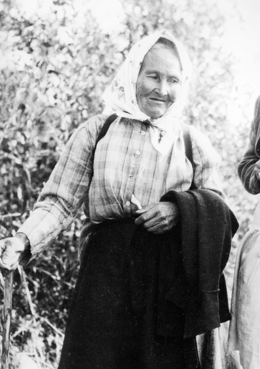"""Kajsa Vilhuinen """"Finnskogens sista sierska"""" f 1/11 1855 -d 12/1 1941 med gravsten på Östmarks kyrkogård. Foto: Richard Broberg"""