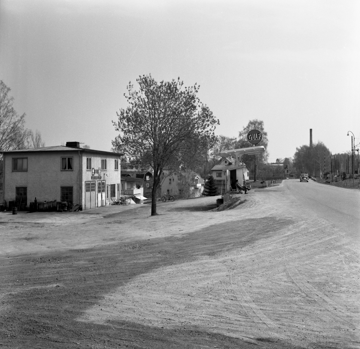 """Någonstans i Värmland - från slutet av 1950-talet. Kommentar från användare: """"Deje, strax öster om järnvägsstationen ungefär där brandstationen ligger idag. NKlJs bangård till höger. Brukets skorsten skymtar i bakgrunden"""". Huset står kvar än idag. Kortet är taget i höjd med den plats där brandstationen ligger idag."""