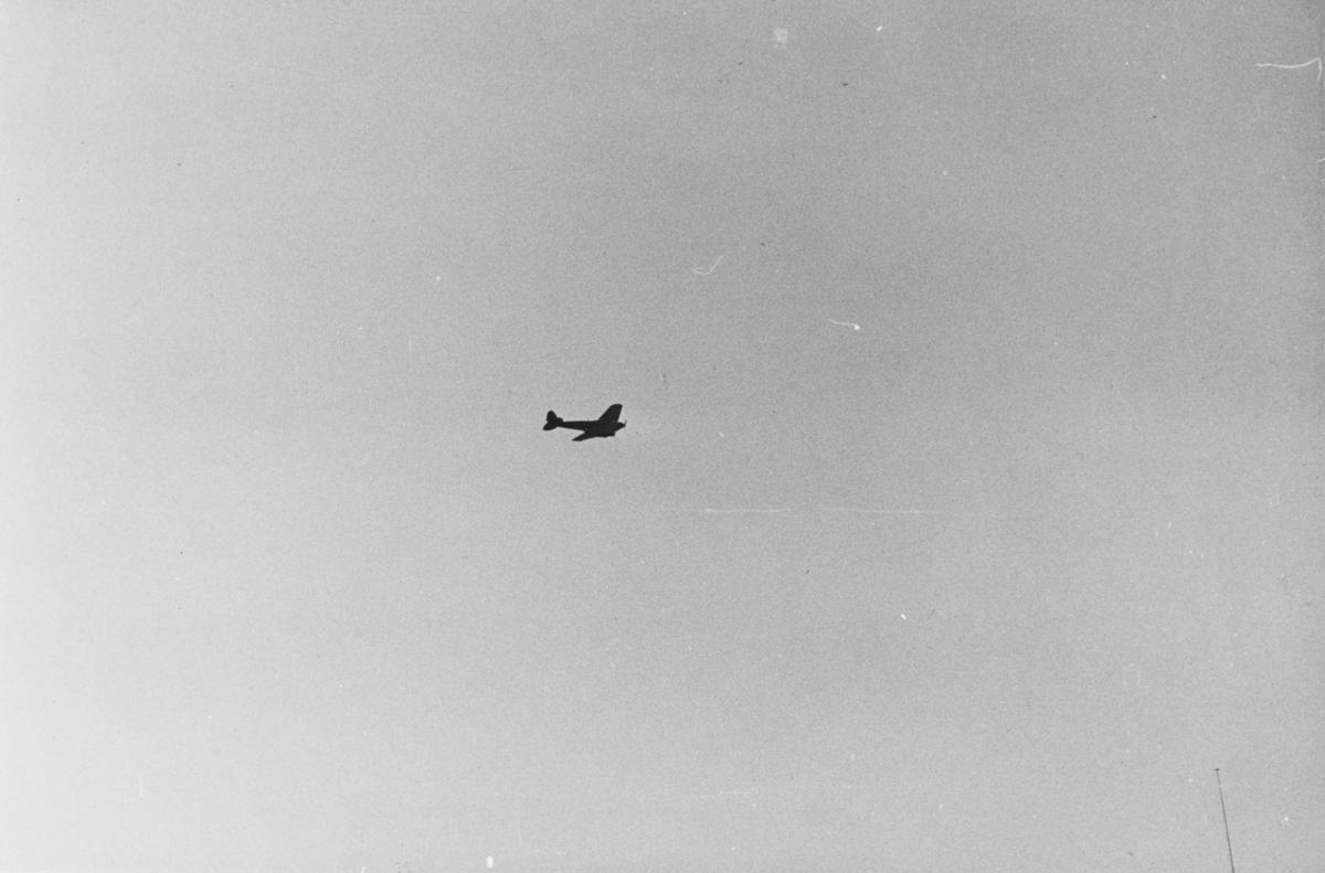 """Tysk bombefly, trolig en Heinkel He-111, over Oslo i april 1940. Tekst fra album: """"Det er bare våre """"venner""""."""" Heinkel He 111 var et mellomtungt bombefly produsert av Heinkel Flugzeugwerke, og ble utviklet i 1933."""