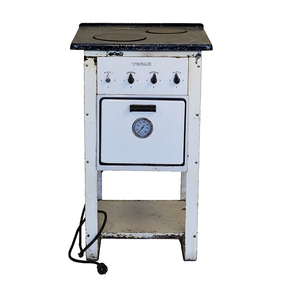 FHM.07891a: Elektrisk komfyr, kvadratisk, to kokeplater,  4 ben. Hylle under stekeovn. FHM.07891b: Stekeovnrist, 27x29,5 cm.