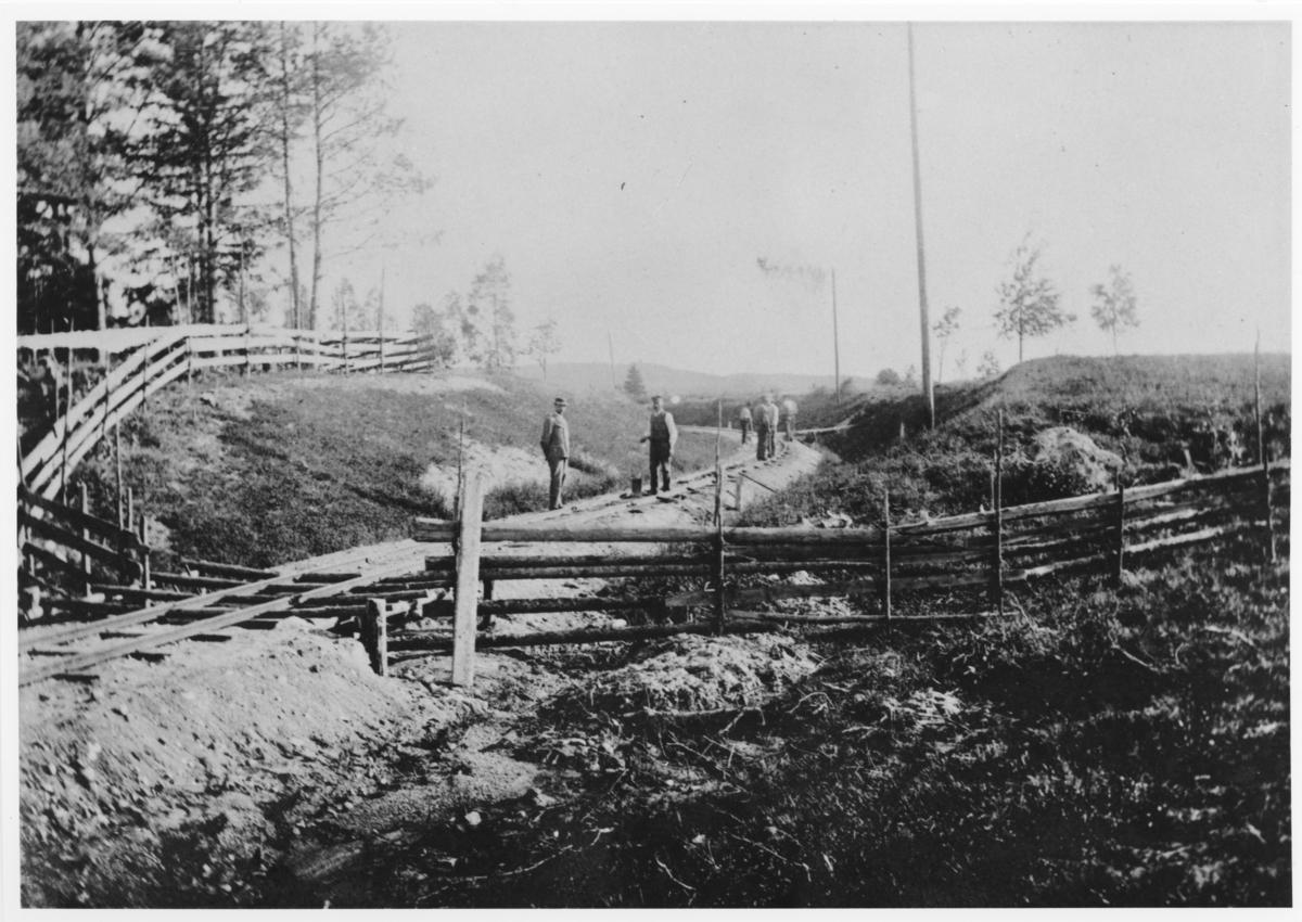 Ved Sætra gård, omtrent der det senere ble anlagt planovergang. I forgrunnen kufanger / ferist, som en forlengelse av fegjerdet.