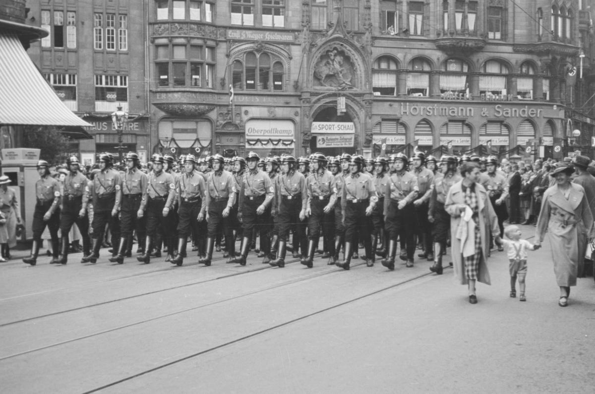 Markering av Nazi Gautag 9.-12. juni 1938 i Hannover i Tyskland. Grupper av NSDAP på marsj i Georgstrasse. .