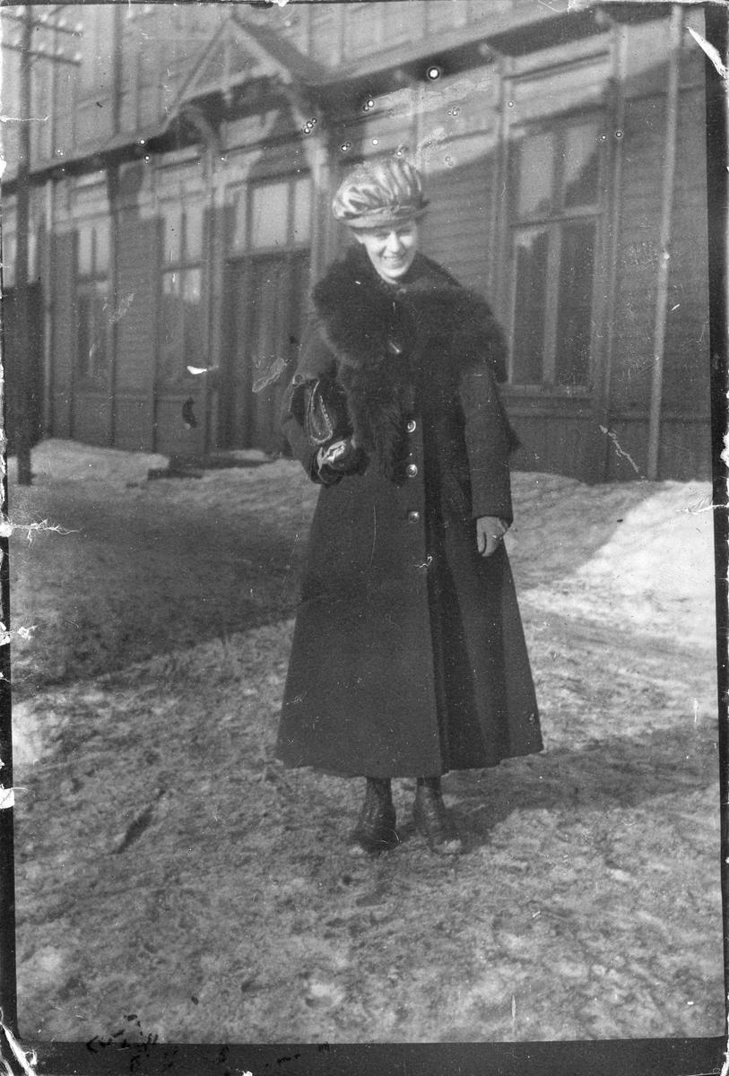 """Bildetekst: """"Dagfrid utenfor kommunelokalet i Vardø 1912"""""""