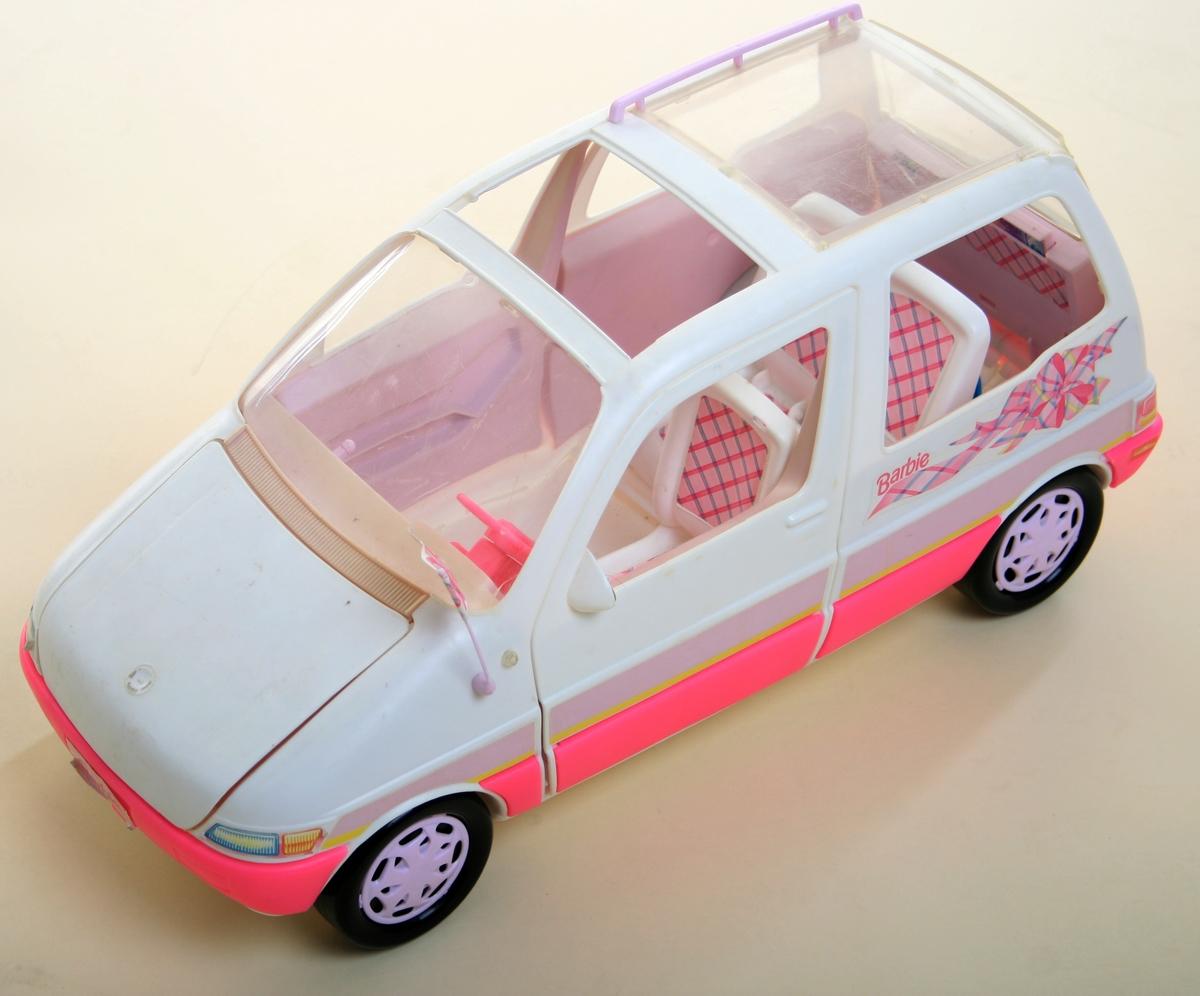 Lekebil av plast. Hvit og rosa karosseri, interiør med rosa-rutete seter, rosa ratt.  Sorte hjul. Flere deler mangler, bl.a. venstre forsete og takluke.