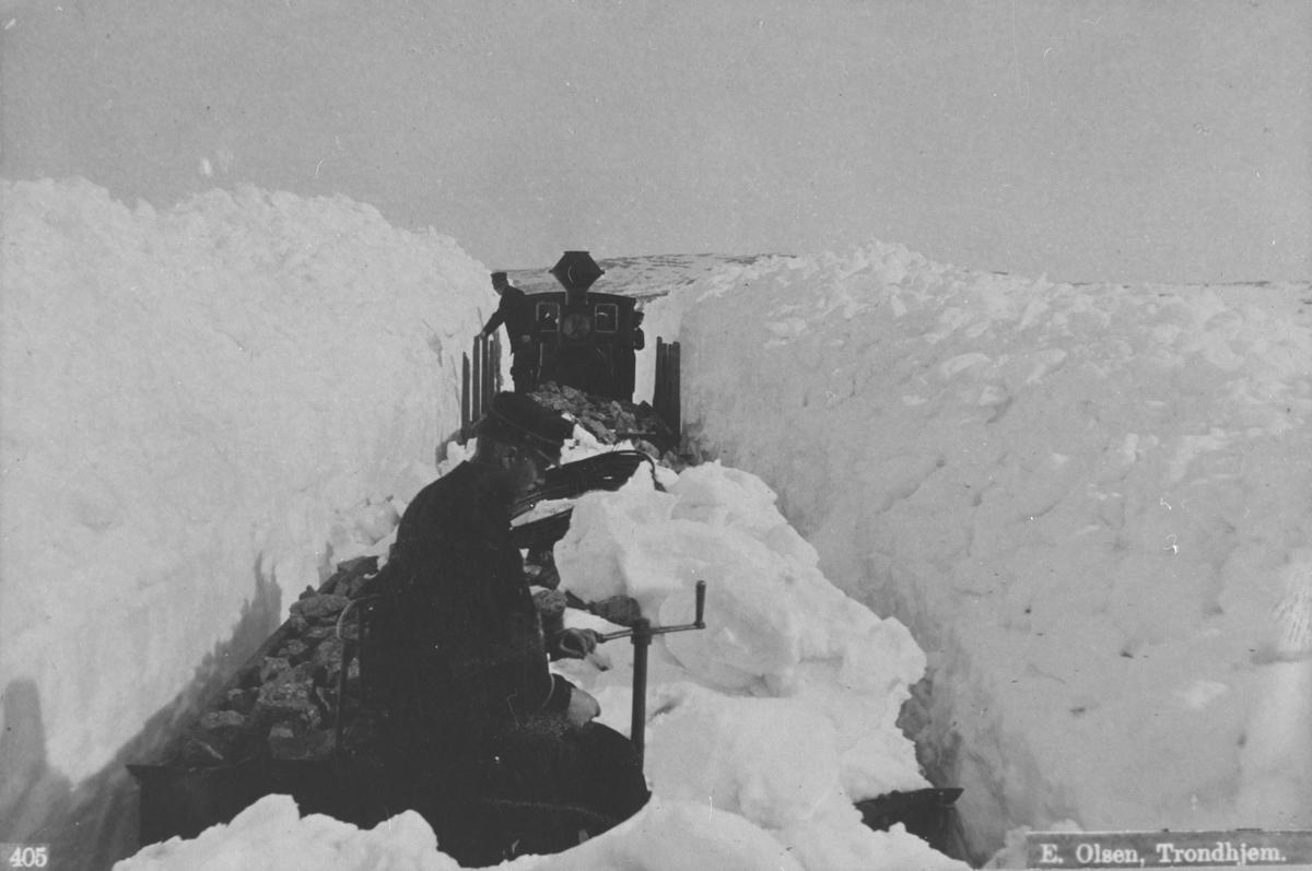 Snøvinter på Røros. Trang passasje for lokomotivet med malmvogner på Arvedalslinja mellom Kongens og Tyvold stasjon