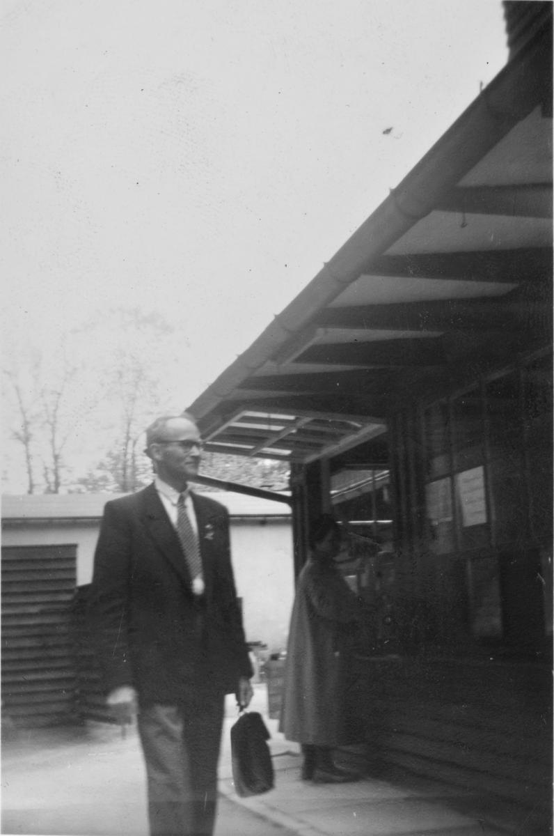 Lærer Sigurd Oreholtet på tur i Trondheim 1955.
